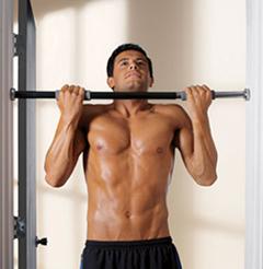 Haciendo elevaciones con equipo casero para ganar masa muscular